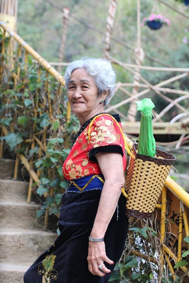 """<p> """"Khi đi Fansipan về, bà ngoại gọi điện thoại khoe với mọi người suốt thôi. Bà gọi về cho gia đình, con cháu, cho cả bạn của bà để kể về hành trình leo lên đỉnh núi"""", Nguyễn Quang cho hay.</p>"""