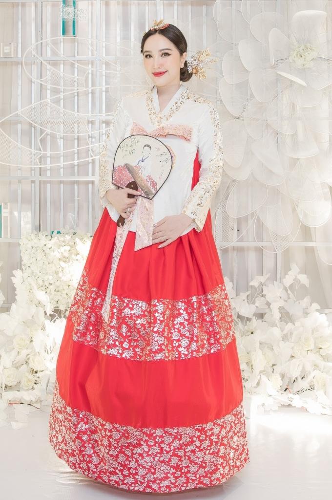 """<p> Bảo Thy tổ chức tiệc cuối năm hôm 16/1 tại TP HCM. Cô diện đồ hanbok khoe nhan sắc ngày càng mặn mà sau kết hôn hồi cuối 2019. Nữ ca sĩ từng đến Hàn Quốc du lịch nên lỡ yêu đất nước này. Khi nghĩ ra ý tưởng cho đêm tiệc, cô chọn """"Vũ hội hanbok"""" để mọi người cùng có dịp khoe sắc.</p>"""