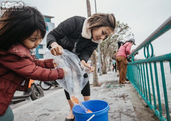 <p> Năm nay ở Hồ Tây, thay vì ném cá từ trên xuống như mọi năm, những con cá sẽ được cho vào xô nhựa và thả dây từ từ xuống mặt hồ.</p>