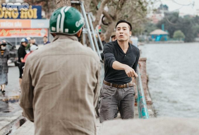 <p> Một người đàn ông chỉ trích người dân thiếu ý thức khi xả rác xuống hồ.</p>