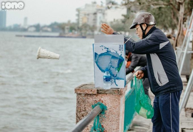 """<p> Chú Chu Văn Cường (bảo vệ dân phố phố Thụy Khuê) cho biết: """"Nhiều người dân vẫn ngang nhiên xả tro hương, túi nilon... xuống mặt hồ, bỏ ngoài tai những lời nhắc nhở của bảo vệ dân phố"""".</p>"""