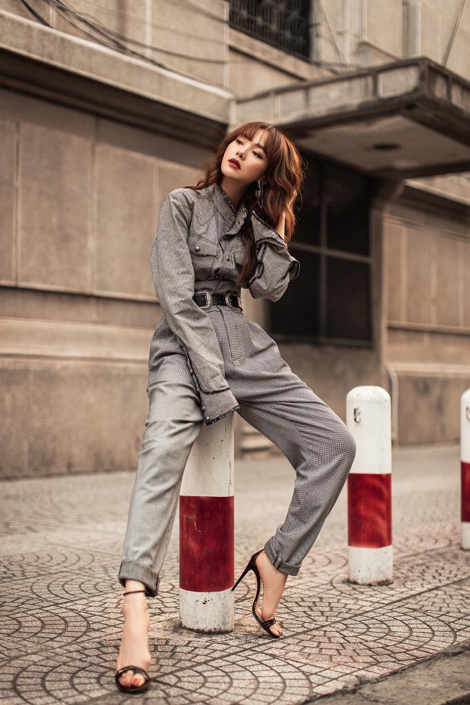 <p> Minh Hằng chọn mix đồ đơn giản nhưng vẫn toát lên sự mạnh mẽ. Với cây đồ đồng điệu, cô mix với giày cao gót, nhấn nhá bằng chiếc thắt lưng bản to.</p>