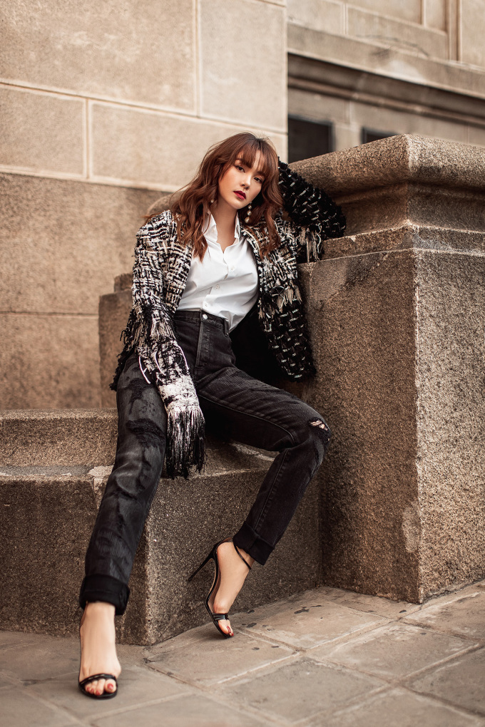 <p> Cô mix áo sơ mi, quần jeans đóng thùng, điểm nhấn là chiếc áo khoác nhìn rất bụi bặm.</p>