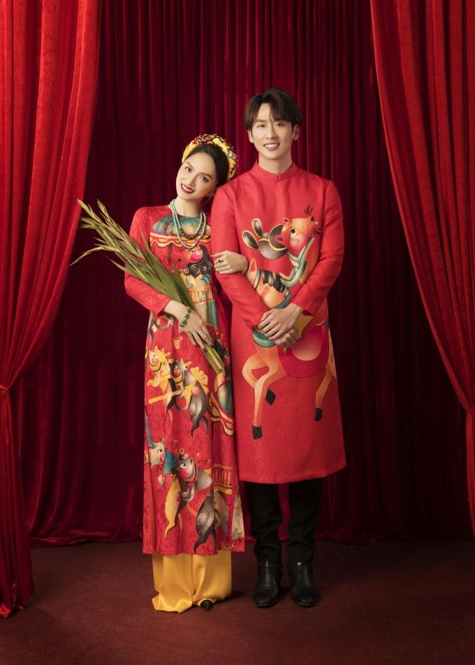 <p> Các bộ áo dài lấy cảm hứng từ bức tranh độc đáo nhất của làng Đông Hồ - Đám cưới chuột. Hương Giang - Tuấn Trần chụp ảnh đôi tình tứ. Trong phim, họ thủ vai chính, có không ít cảnh quay ngọt ngào.</p>
