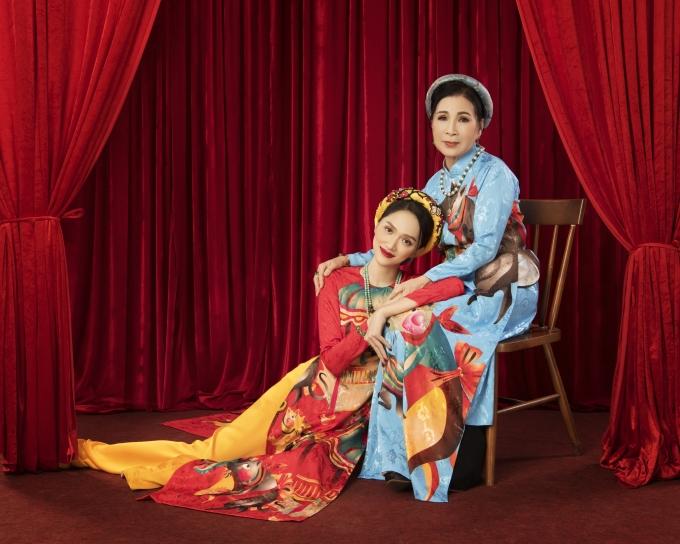 <p> Hương Giang bên NSND Kim Xuân. Quá trình hợp tác với diễn viên gạo cội giúp cô học hỏi được nhiều kinh nghiệm về diễn xuất.</p>