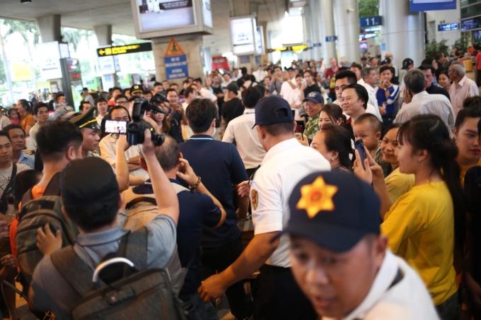 """<p> Khi vừa ra khỏi cổng, HLV Park đã gây sự chú ý lớn. Nhiều người nhận ra và muốn được chụp hình chung. Tình trạng chen chúc ở sảnh đến của sân bay khiến lực lượng bảo vệ phải """"ra tay"""" dẫn lối cho đội di chuyển ra xe.</p>"""