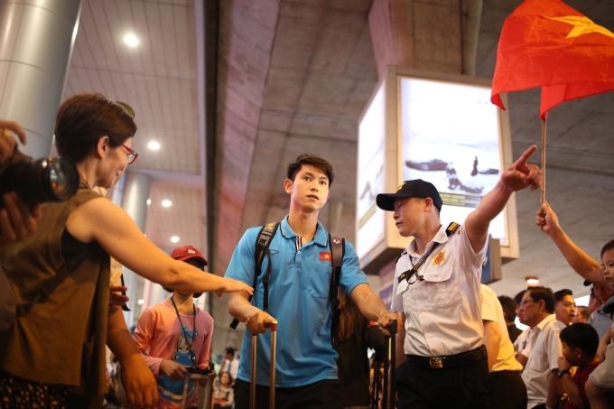 <p> Sự xuất hiện của một số cầu thủ trong chuyến bay về nước cũng gây chú ý. Nhiều CĐV mang theo cờ Tổ quốc ra tận nơi để đón họ trở về.</p>
