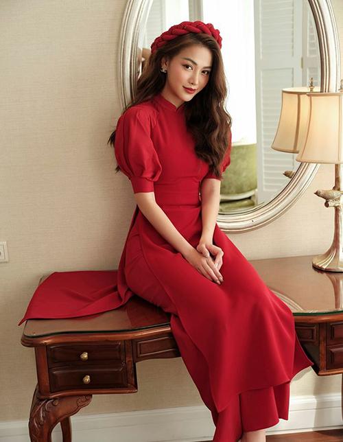 Tết 2020 chứng kiến sự lên ngôi của những chiếc áo tay bồng, pha trộn nét đẹp cổ điển và hiện đại. Phương Khánh xinh đẹp trong bộ áo dài trơn đỏ rực, với chi tiết tay bồng cách điệu làm điểm nhấn.