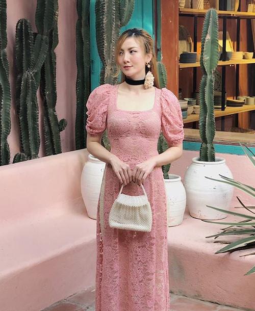 Yến Nhi cũng mặc áo dài ren hồng, mang đến hình ảnh kiểu cách như một cô tiểu thư.