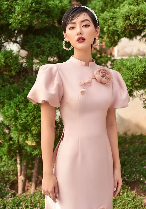 Khánh Linh khoe vẻ đẹp sang trọng trong mẫu áo dài cổ cao, phần tay ngắn bồng giống như quý tộc xưa.