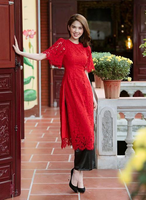 Những bộ áo dài truyền thống trông sẽ bớt cứng nhắc khi được làm từ chất liệu ren mềm mại và gợi cảm. Ngọc Trinh mặc áo dài ren đỏ, khoe làn da trắng nõn.