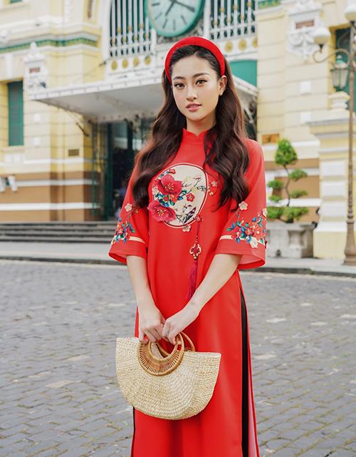 Áo dài dáng suông thích hợp với những cô gái hiện đại, là kiểu trang phục lý tưởng để che giấu nhược điểm vóc dáng. Lương Thùy Linh hóa cô Tấm ngày nay với bộ áo dài suông tay lửng.