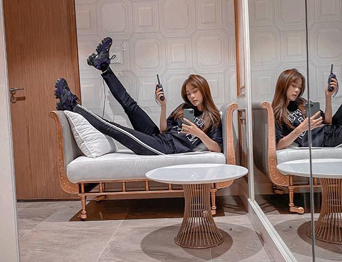 Than thở đón Tết cập rập nhưng Minh Hằng vẫn có thời gian nằm ngả ngốn chụp ảnh selfie.