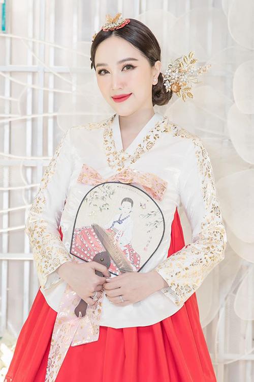 Bảo Thy đẹp nền nã trong bộ hanbok.
