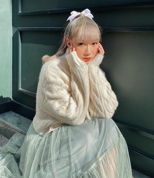 Sun Ht xinh yêu như công chúa khi buộc tóc nửa, làm duyên bằng một kẹp nơ lớn. Phần đuôi tóc vểnh giúp cô nàng thêm phần cổ điển.