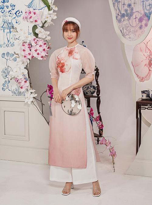 Chiếc áo dài với tay bồng chất liệu xuyên thấu giúp vẻ ngoài của Lan Ngọc thêm mềm mại, nữ tính.
