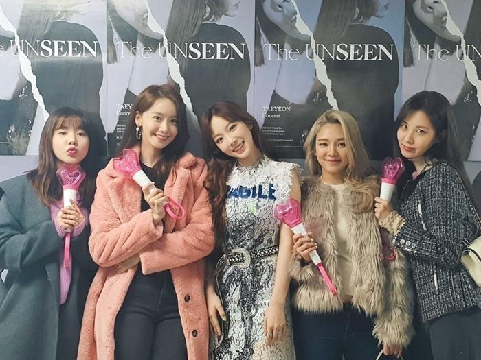 Sunny, Yoona, Hyo Yeon và Seo Hyun đến ủng hộ Tae Yeon trong concert tối 17/1.