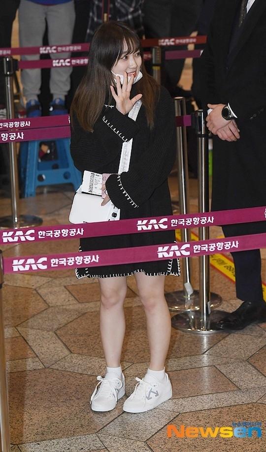 V (BTS) gây cười vì mặc áo của bố khi ra sân bay - 10