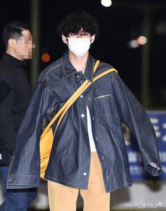 V (BTS) gây cười vì mặc áo của bố khi ra sân bay - 1