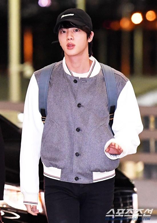 V (BTS) gây cười vì mặc áo của bố khi ra sân bay - 3