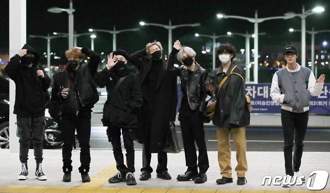 V (BTS) gây cười vì mặc áo của bố khi ra sân bay