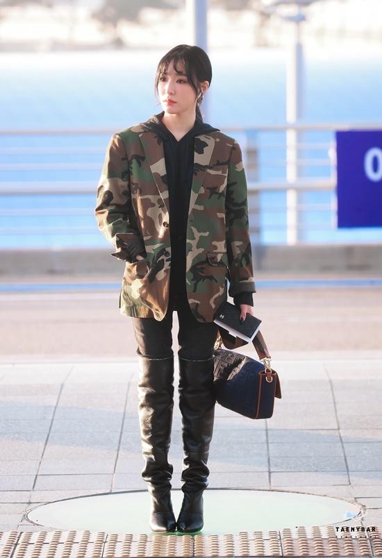 V (BTS) gây cười vì mặc áo của bố khi ra sân bay - 12