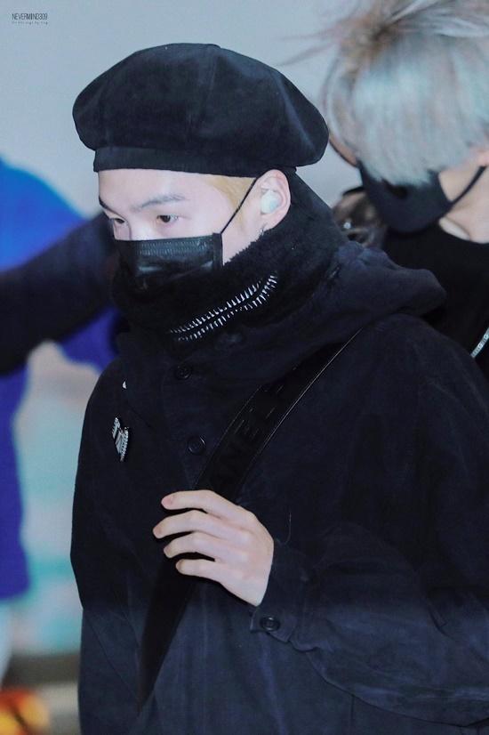 V (BTS) gây cười vì mặc áo của bố khi ra sân bay - 5