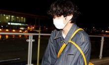 V (BTS) gây cười vì 'mặc áo của bố' ra sân bay
