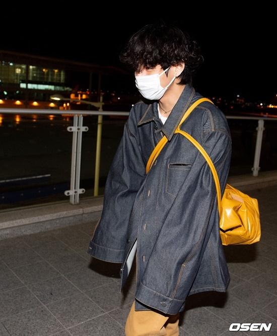 V (BTS) gây cười vì mặc áo của bố khi ra sân bay - 2