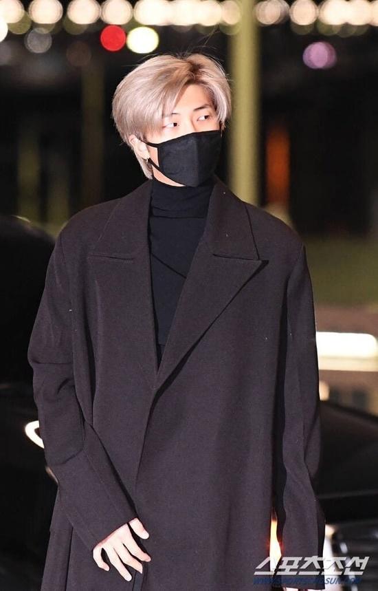 V (BTS) gây cười vì mặc áo của bố khi ra sân bay - 6