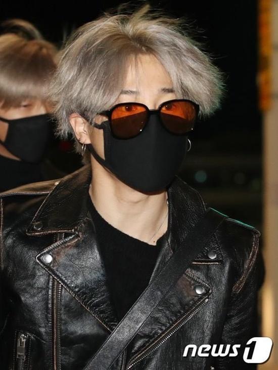 V (BTS) gây cười vì mặc áo của bố khi ra sân bay - 7
