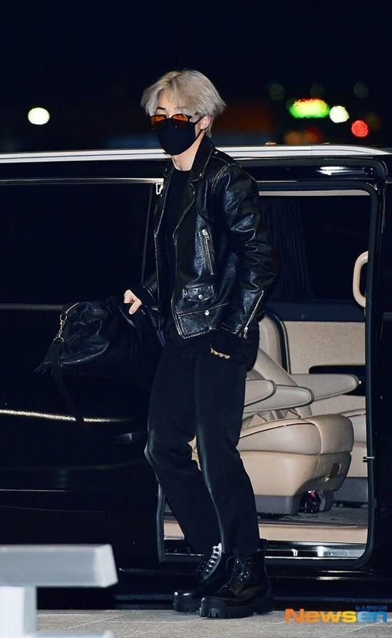 V (BTS) gây cười vì mặc áo của bố khi ra sân bay - 8