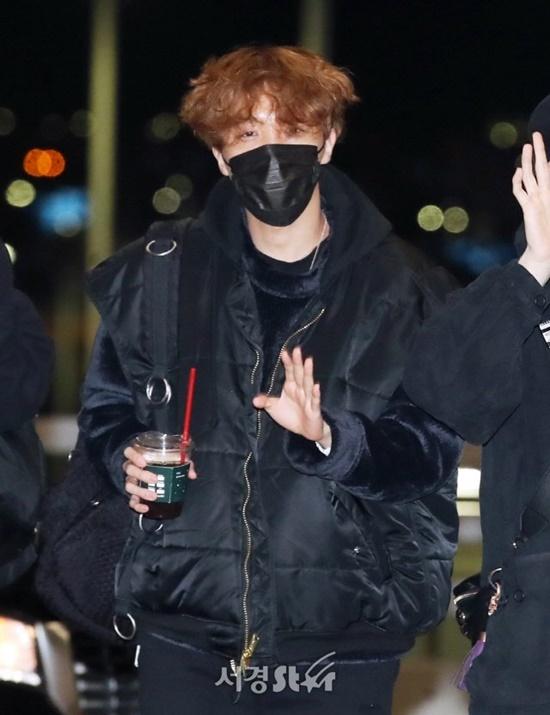 V (BTS) gây cười vì mặc áo của bố khi ra sân bay - 9