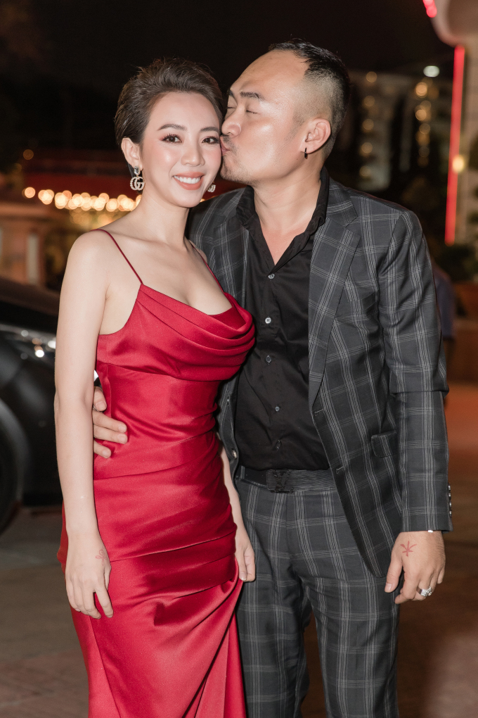 <p> Thu Trang được chồng ôm eo, hôn má ngay trước nhiều người.</p>