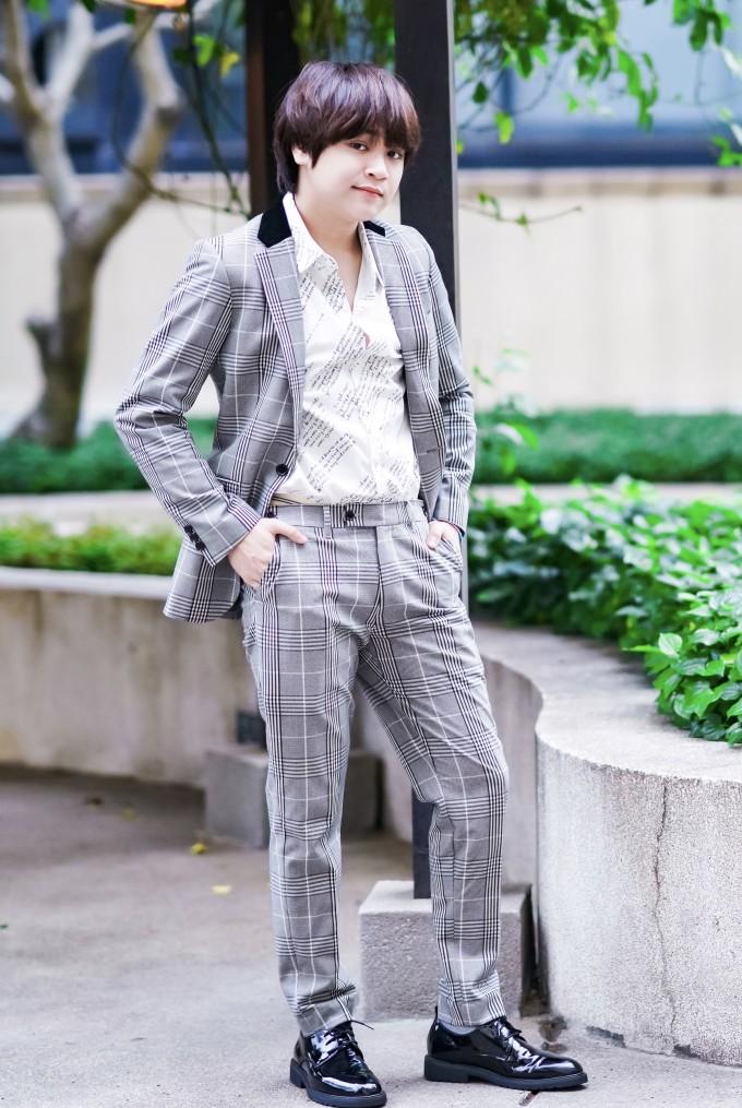 """<p> Ngoài áo phông, quần jean cùng sneaker thoải mái, Thiên Khôi còn cho thấy màn """"dậy thì thành công"""" khi hóa soái ca với vest caro.</p>"""