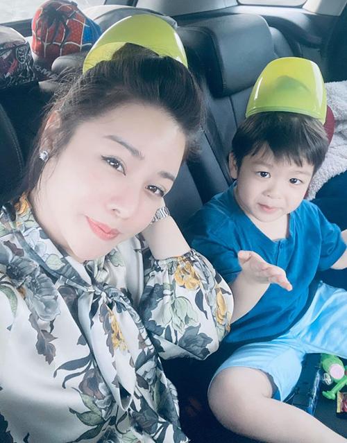 Nhật Kim Anh vui mừng vì sau 2 năm, cô cũng được đón con trai về nhà ngoại chơi trong 3 ngày. Thời gian qua, cô vướng ồn ào tố chồng cũ không cho gặp con.