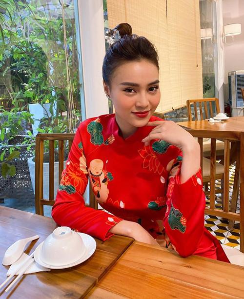 Lan Ngọc xúng xính áo dài đi ăn nhà hàng.