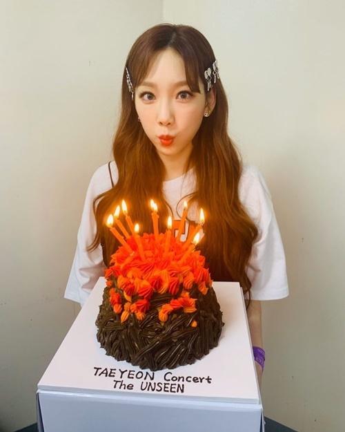 Tae Yeon nhí nhảnh thổi nến. Cô nàng có diện mạo trẻ trung hơn hẳn tuổi 31.