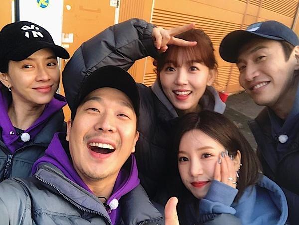 Cho Rong (Apink) bên dàn cast Running Man trong buổi ghi hình.