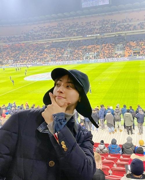 Cha Eun Woo check-in ở sân vận động của đội AC Milan.