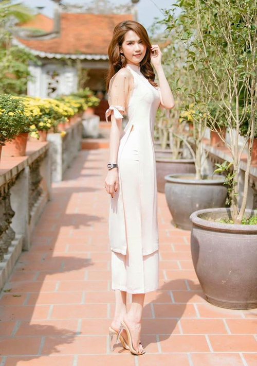 Trong bộ ảnh mới, Ngọc Trinh thướt tha áo dài đón xuân. Nữ hoàng nội y diện đồ màu hồng pastel rất nữ tính. Trên tay cô là chiếc đồng hồ Richard Mille nạm kim cương, có mức giá đến hơn 4 tỷ đồng. Đây là một trong những món đồ đắt nhất trong bộ sưu tập hàng hiệu xa xỉ của Ngọc Trinh.