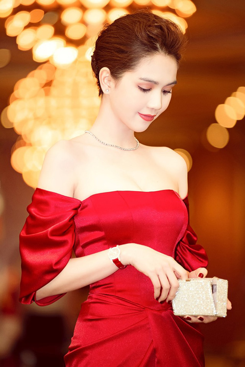 Thiết kế Chopard 1,3 tỷ đồng rất sang trọng khi phối với váy đỏ cùng tông.
