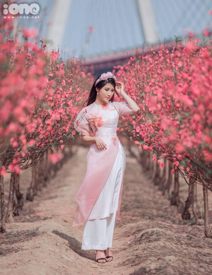 <p> Áo dài đỏ hoặc hồngmang hình ảnh Tết là trang phục được nhiều bạn trẻ lựa chọn.</p>