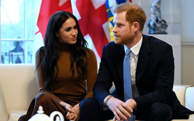 Harry và Meghan trong chuyến viếng thăm Tòa nhà ngoại giao Canada House hôm 7/1. Ảnh: AP.