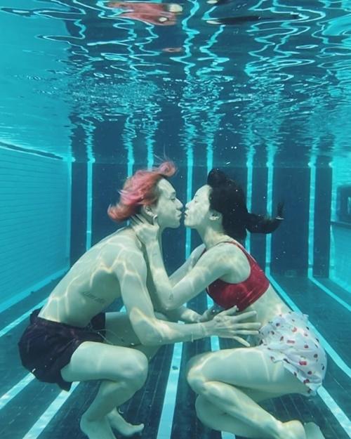 Hyuna - Dawn khiến fan hâm mộ, ghen tỵ khi diễn cảnh tình cảm dưới hồ bơi.