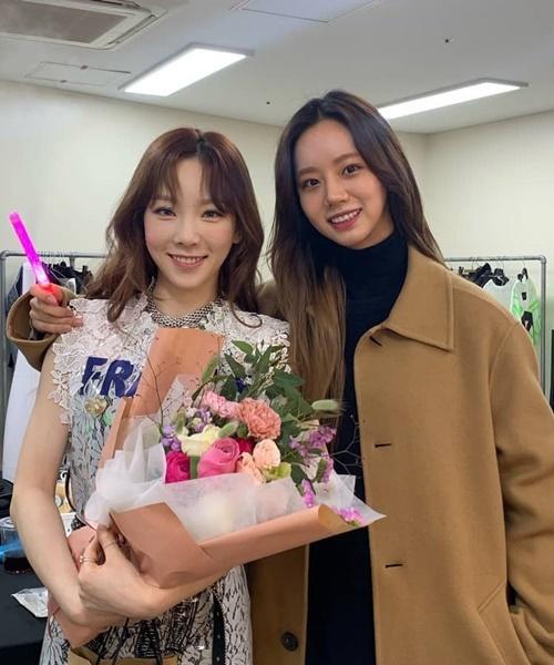 Hye Ri thân mật khoác vai Tae Yeon trong hậu trường.