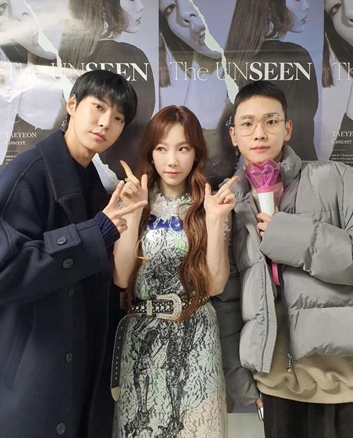 Do Young (NCT) và Key chụp ảnh cùng đàn chị. Thành viên SHINee - fan boy của Tae Yeon -  cầm cả lightstick đi xem concert.