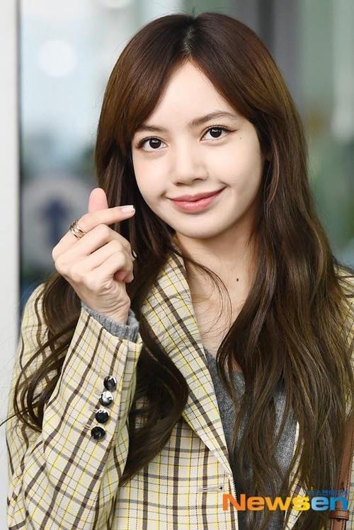Kiểu tóc của Lisa khiến người hâm mộ nhớ đến hình ảnh từ thời còn phèn, chưa debut. Nhiều ý kiến cho rằng cô nàng hợp với tông tóc màu sáng hơn là màu nâu trầm.