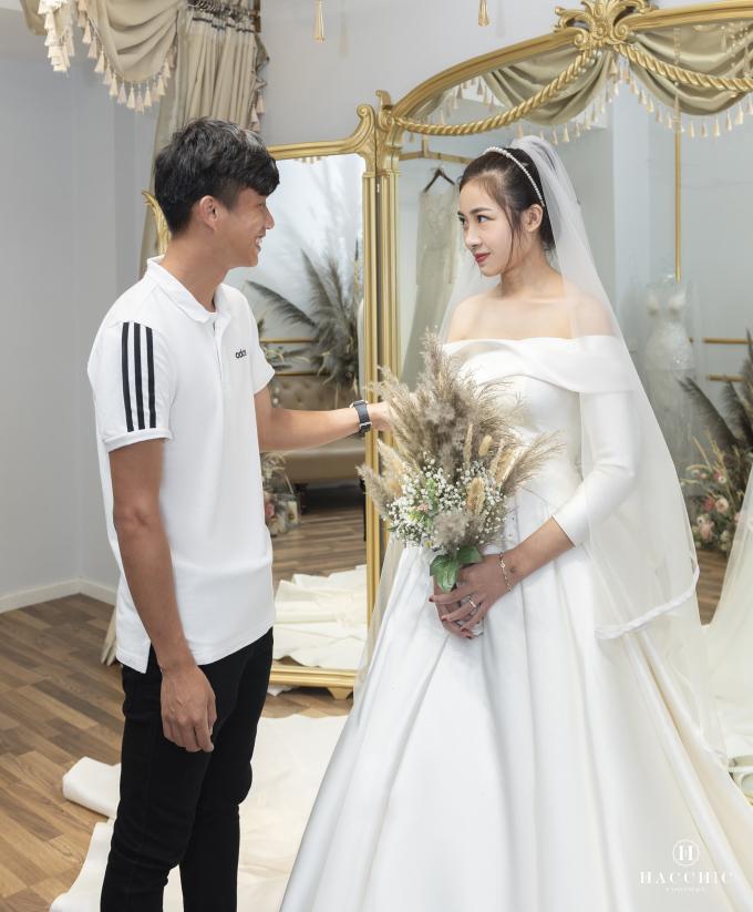 <p> Để chuẩn bị cho hôn lễ, Phan Văn Đức đưa vợ Võ Nhật Linh đi thử váy cưới cho ngày trọng đại.</p>