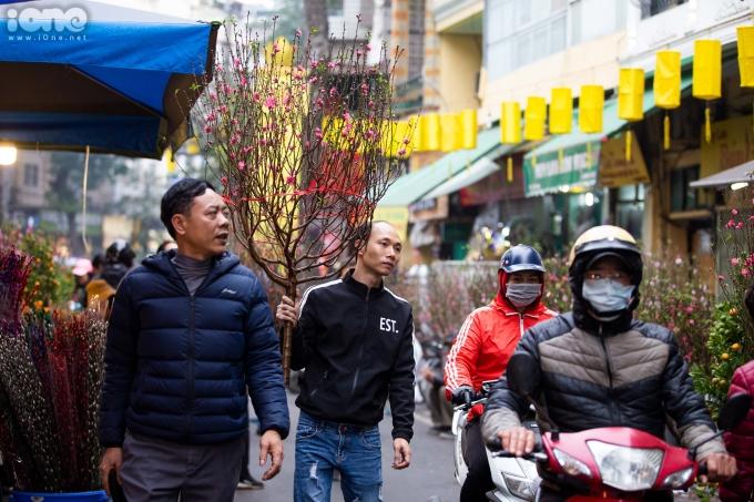 <p> Từng cành đào, chậu quất sẽ từ chợ hoa theo chân người dân qua khắp các phố phường, len lỏi đến từng ngóc ngách, con ngõ của người dân Thủ đô.</p>